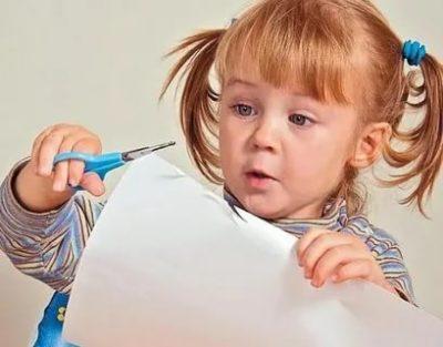 В каком возрасте ребенок должен уметь резать ножницами