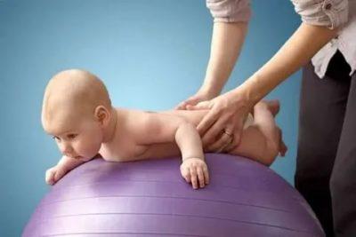 Когда ребенок держит голову на животе