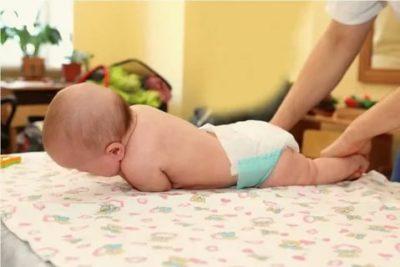 Когда дети начинают переворачиваться на живот