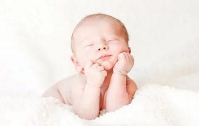 Когда новорожденный ребенок начинает держать голову