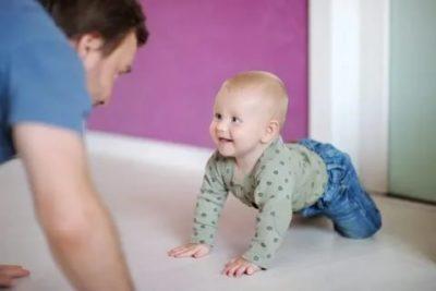 Как научить ребенка ползать и сидеть