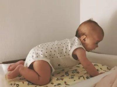 В каком возрасте ребенок начинает вставать на четвереньки