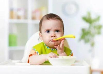 Как приучить ребенка есть ложкой