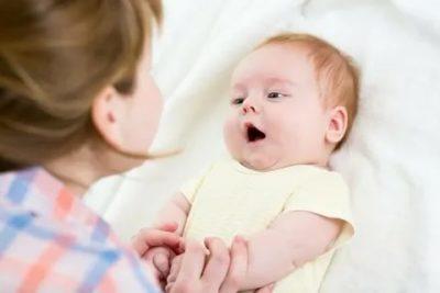 Когда ребенок произносит первые слова