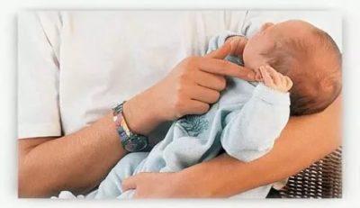 Как правильно брать малыша на руки