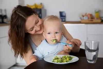 Когда учить ребенка есть с ложки
