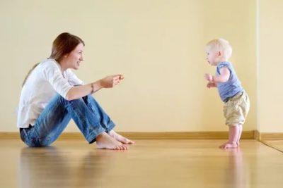 Когда ребенок должен самостоятельно ходить