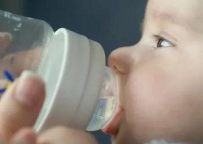 Когда ребенку можно давать бутилированную воду