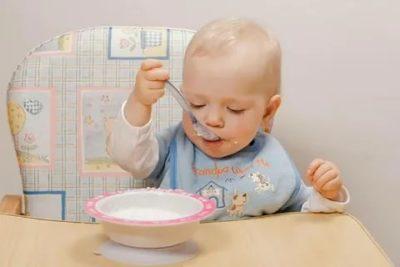 Как приучить малыша кушать ложкой